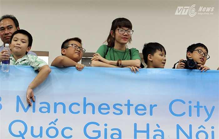 Bên cạnh đó có nhiều fan nhí khác cùng một nữ sinh xinh đẹp của ĐH Ngoại ngữ Quốc gia háo hức chờ đợi sự xuất hiện của các ngôi sao Man City. (Ảnh: Hà Thành)