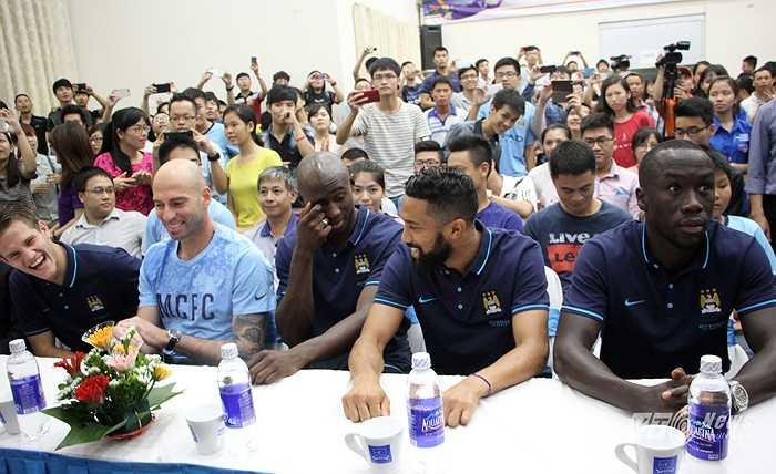 Các cầu thủ Man City xuất hiện trong hội trường cùng những tiếng vỗ tay, hò reo của hàng trăm sinh viên. (Ảnh: Hà Thành)