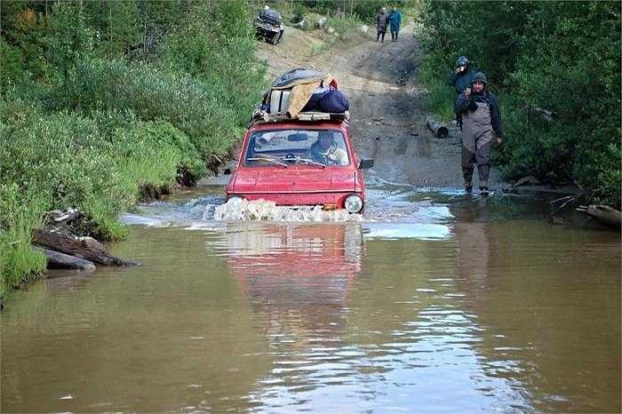 Trèo đèo lội suối, offroad hay vượt sình lầy...chiếc xe với thiết kế không thay đổi suốt 40 năm qua đã minh chứng về sức sống của dòng xe Lada của hãng AutoVAZ. (Quốc Lâm)
