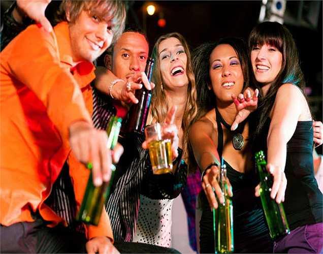Uống rượu lúc nửa đêm có thể làm hỏng chất lượng giấc ngủ và có thể làm bạn thấy khó chịu và tồi tệ hơn vào sáng hôm sau.