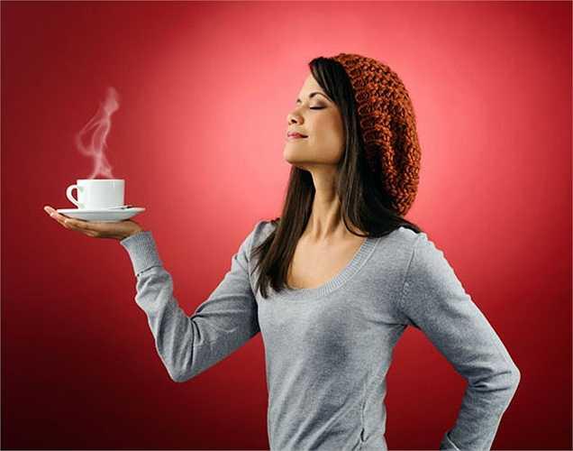 Caffeine: Bạn có biết những gì gây ra chứng mất ngủ? Một trong các yếu tố là  chất kích thích. Caffeine là một chất kích thích nên tránh buổi tối. Khi uống nó lúc nửa đêm là bạn cố ý muốn tỉnh ngủ.