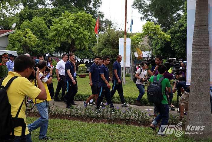 Sáng 26/7, các cầu thủ Man City đã tới thăm làng trẻ SOS Hà Nội trong sự đón chào nồng nhiệt của lãnh đạo, các em nhỏ trong làng trẻ. (Ảnh: Quang Minh)