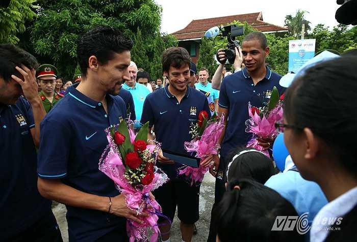 David Silva rất thích thú và lấy làm cảm ơn trước tình cảm của các em nhỏ làng trẻ SOS. (Ảnh: Quang Minh)