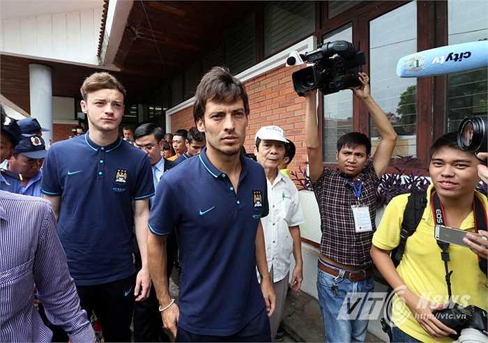 Silva và các đồng đội đi thăm làng trẻ. (Ảnh: Quang Minh)