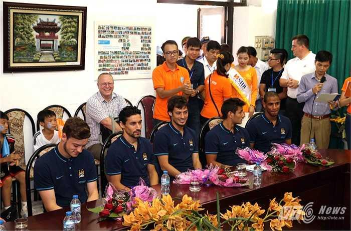 Trong phòng họp của làng trẻ, các cầu thủ rất vui vể trò chuyện. (Ảnh: Quang Minh)
