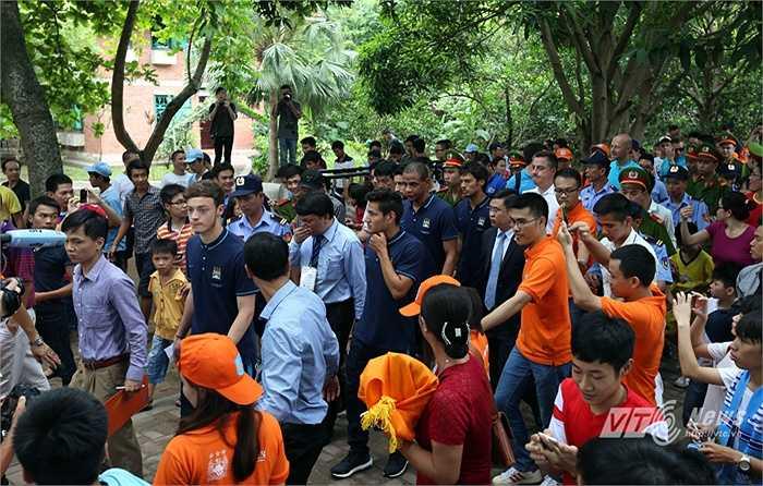 Rất đông phong viên, người hâm mộ cũng cũng tham dự vào chuyến thăm này. (Ảnh: Quang Minh)