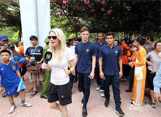Phóng viên của TV Man City đi cùng đoàn, dẫn trực tiếp từ làng trẻ SOS cho clip mà họ sẽ phát trên trang chủ của đội bóng. (Ảnh: Quang Minh)