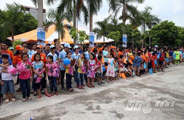 Rất đông các em nhỏ thiệt thòi ở làng trẻ SOS ra đón các cầu thủ Man City cùng với bó hoa trên tay. (Ảnh: Quang Minh)