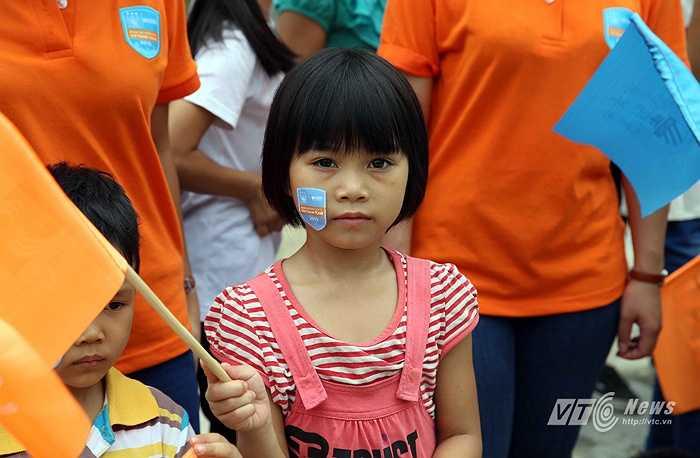 Một em nhỏ vô cùng hồn nhiên với logo tour du đấu của Man City tại Việt Nam dính trên má. (Ảnh: Quang Minh)