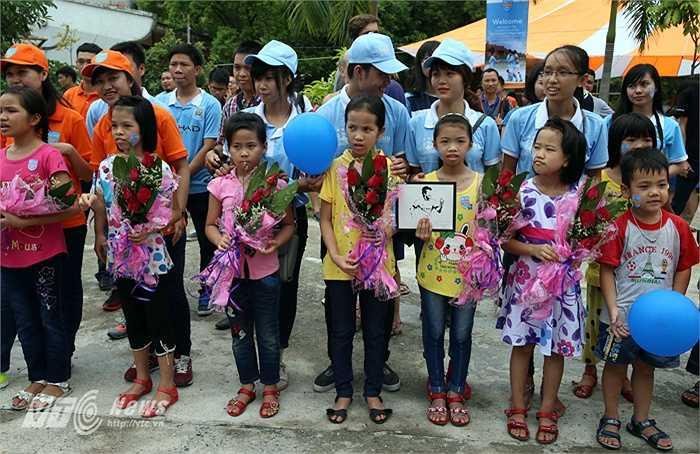 Trong số những em nhỏ cầm hoa, còn có một em mang một tấm hình tiền vệ David Silva. (Ảnh: Quang Minh)