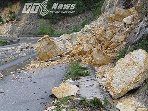 Cũng trên tuyến đường tránh Cửa Ông, TP Cẩm Phả, xảy ra một số điểm sạt lở núi, hàng trăm khối đất đá đổ xuống đường.