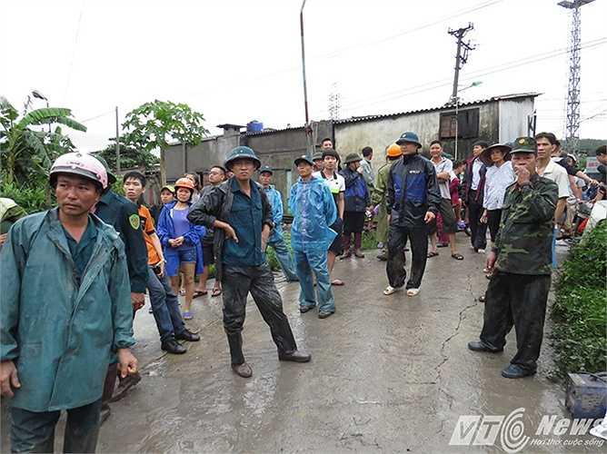 Tại khu 4, thị trấn Mông Dương, gần trăm hộ dân chưa hết bàng hoàng sau trận 'đại hồng thủy', đất đá, xỉ than, nước mưa bất ngờ tấn công khu dân cư vào chiều tối và đêm 26/7.