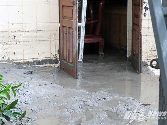 Bùn chàn vào cửa, nền nhà