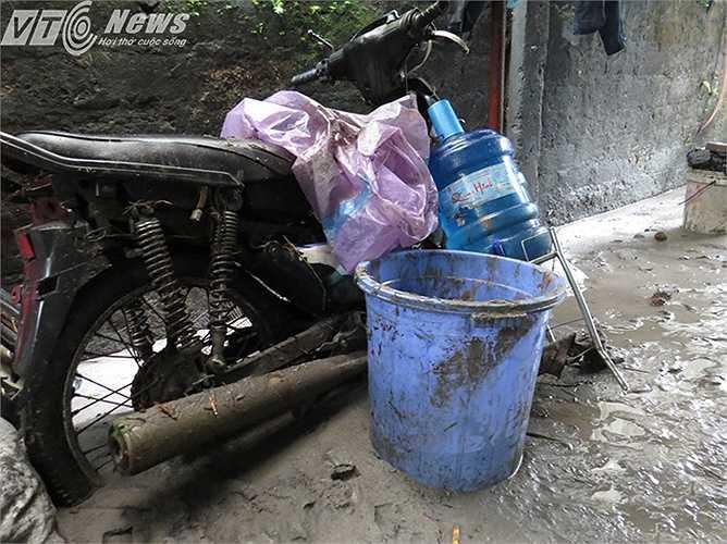 Bùn vùi lập xe máy