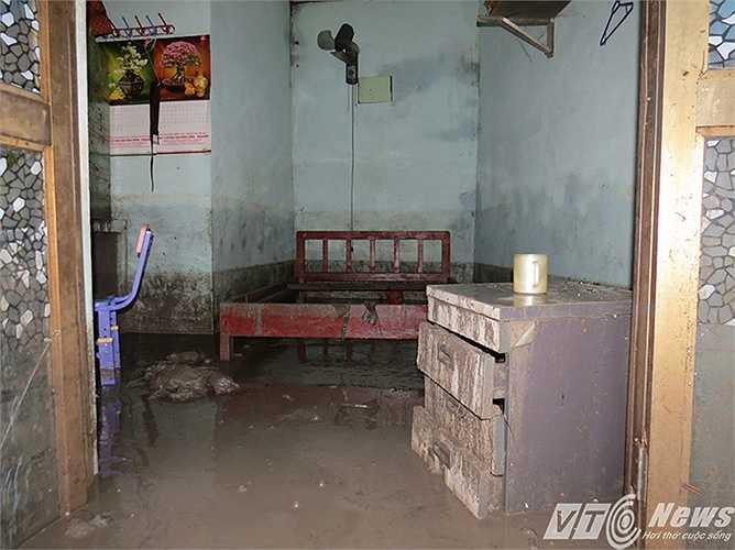 Tràn ngập nền nhà, đồ đạc dính bùn đất