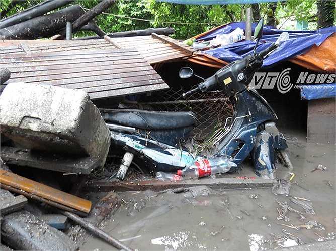 Chiếc xe máy này bị vùi lập, hư hại hoàn toàn