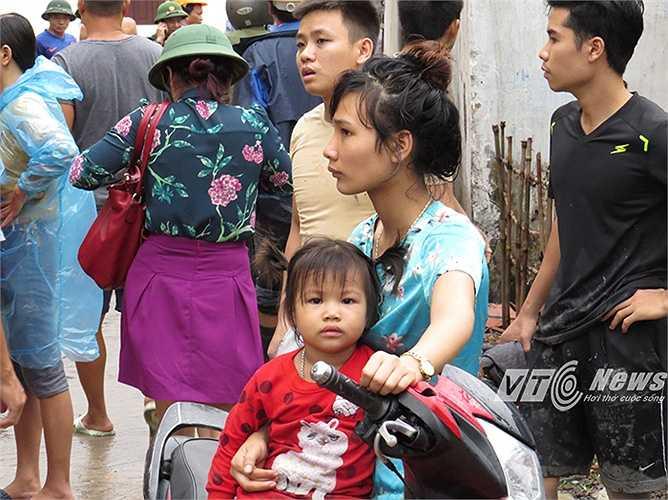 Trẻ em, người lớn của gần 100 hộ trong khu dân cư có lẽ sẽ không thể quên trận 'đại hồng thủy' vừa xảy ra. (Thực hiện: Minh Khang)