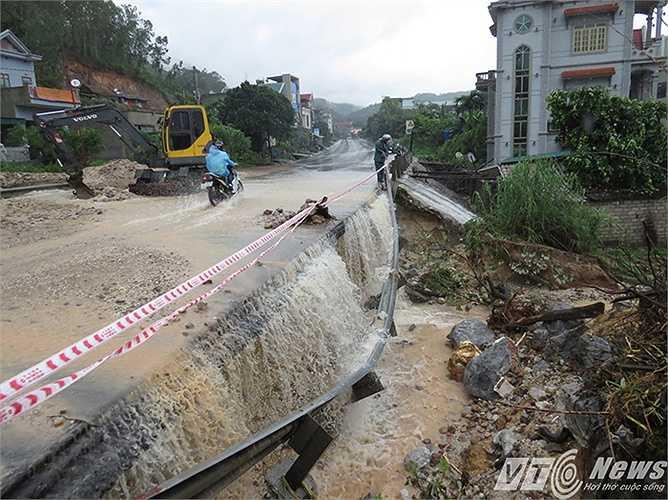 Gần 20 mét lề đường sạt lở, nước chảy mạnh xoáy sâu tạo thành hàm ếch, có nguy cơ sạt lở đến tim đường.