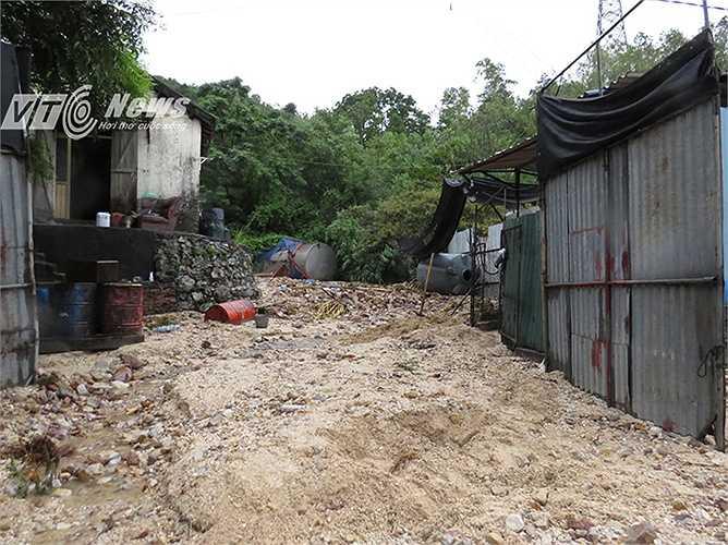 Hàng ngàn khối đất đá kèm theo nước mưa tràn qua một số vườn nhà dân, chảy ra đường.