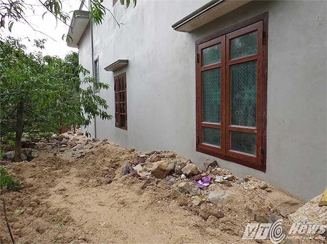 Có nhà đất đá đè vào 1/4 tường