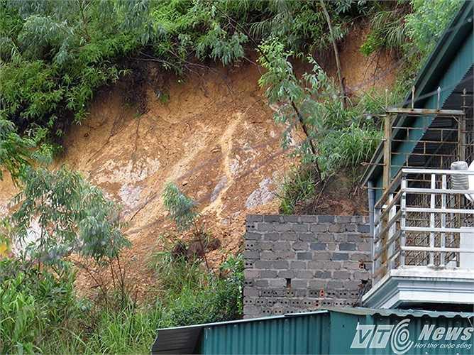 Đồi Ba Da hiện có một số điểm có nguy cơ sạt lở cao nếu tiếp tục có mưa lớn.