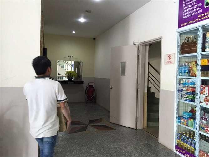 Ngoài ra, ban quan trị toà nhà cũng cho chủ sở hữu tầng 1 mở thêm 2 cửa ra vào, lấn chiếm vào diện tích sử dụng của cư dân toà nhà, mất diện tích để ô tô xe máy của cư dân.