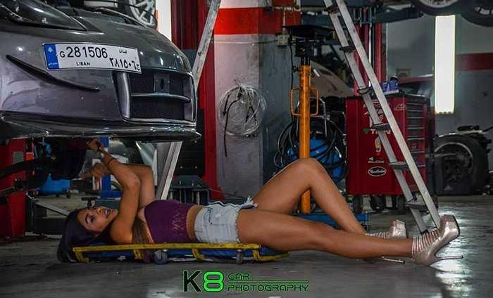 Cô nàng Rita ngoài việc tạo dáng bên những chiếc xe thì cũng vào vai cô thợ sửa xe gợi cảm.