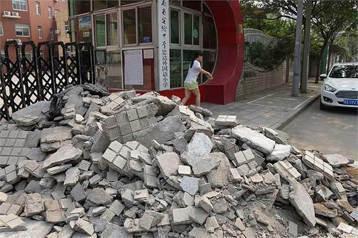 Cổng trường ngập rác xây dựng