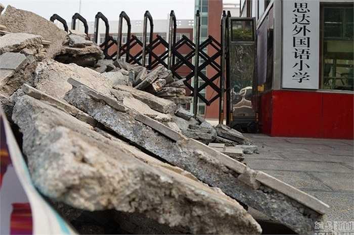 Trước khi đổ rác xây dựng, cặp cha mẹ này đã tìm cách khóa cổng trường