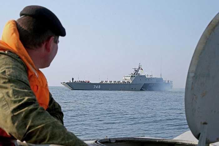 Tàu đổ bộ tốc độ cao Denis Davydov