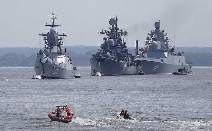 Tàu hộ tống Steregushchy, khu trục hạm Nastoichivy và chiếm hạm  Admiral Gorshkov ở vùng Kaliningrad