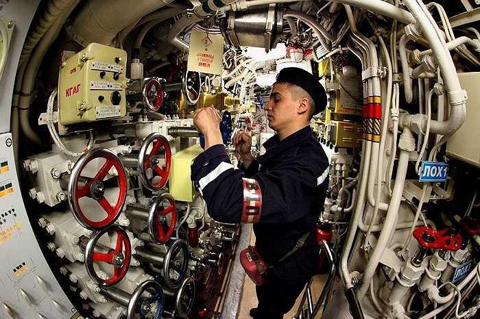 Kỹ sư kiểm tra máy móc trên tàu ngầm Ust-Kamchatsk thuộc hạm đội Thái Bình Dương