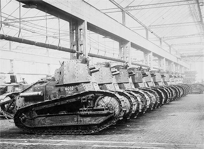 Xe tăng Renault dùng chiến đấu trong Thế chiến I , tại nhà máy sản xuất xe tăng của Pháp
