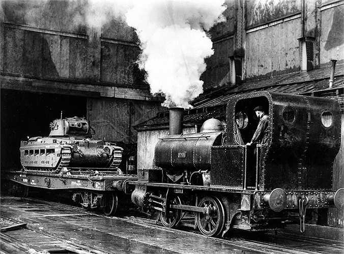 Xe lửa vận chuyển xe tăng từ nhà máy Midlands đi cung cấp cho quân đội Liên Xô