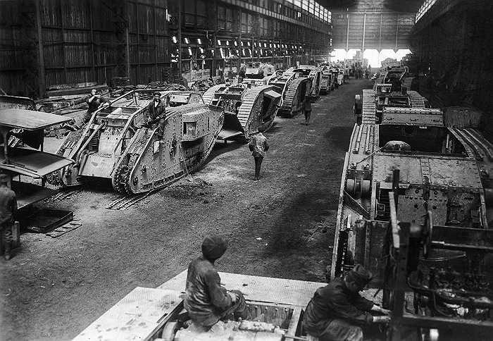 Hàng trăm cỗ xe tăng trong nhà máy sản xuất xe tăng của Đức năm 1940