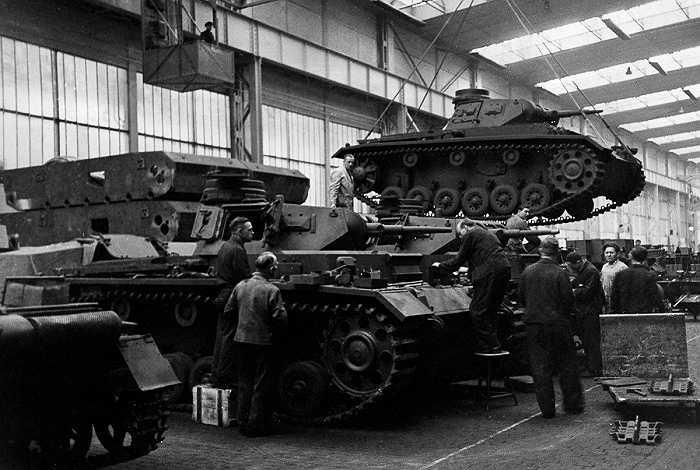 Công nhân lắp ráp xe tăng trong xưởng sản xuất ở Đức năm 1940