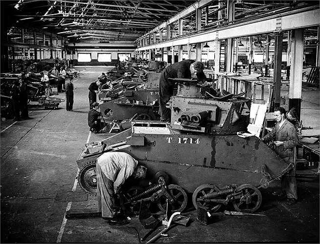 Công nhân sửa chữa xe tăng sau cuộc di tản ở Dunkirk