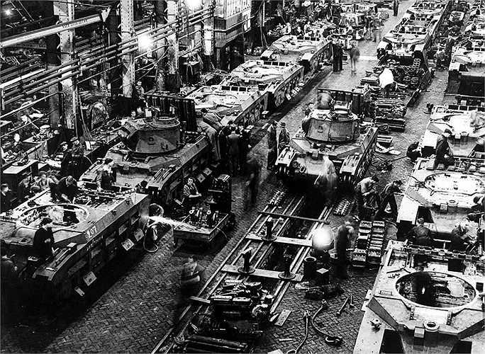 Một dây chuyền lắp ráp xe tăng, nhà máy này đang đẩy nhanh tốc độ sản xuất để chuẩn bị cho cuộc chiến tiếp theo