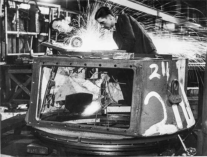 Các công nhân làm việc trong Ministry of Supply của Anh chế tạo xe tăng Matilda được duy trì trong suốt Thế chiến II