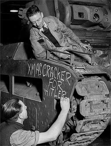 Một công nhân nhà máy ở Anh viết thông điệp cho kẻ địch năm 1941