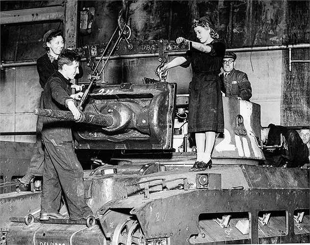 Phụ nữ cũng tham gia vào quá trình lắp ráp xe tăng