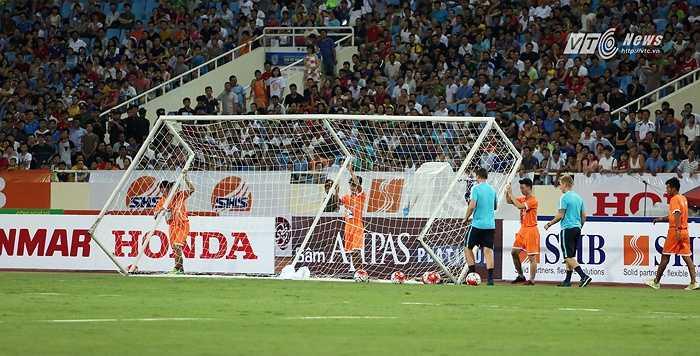 Cầu môn bên phía khán đài B bị đổ sau một tình huống tấn công của cầu thủ Man City. (Ảnh: Phạm Thành)