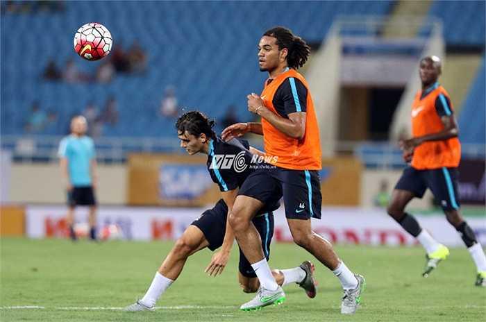 Sự chuyên nghiệp của các cầu thủ Man City thể hiện rõ ở độ tập trung dù chỉ là một buổi tập biểu diễn. (Ảnh: Quang Minh)