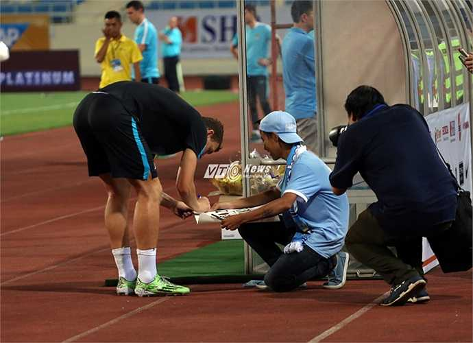 Kết thúc buổi tập, cầu thủ Man City có cuộc giao lưu với khán giả. (Ảnh: Phạm Thành)