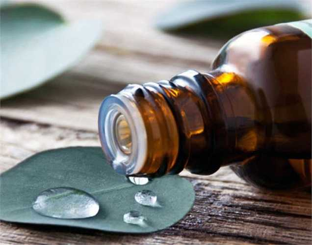 Dầu khuynh diệp: Cho một vài giọt dầu khuynh diệp vào nước tắm của bạn. Tắm với thành phần tự nhiên này sẽ ngăn chặn không bị muỗi cắn, vì muỗi không thích mùi dầu này.