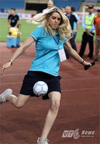 Nữ phóng viên xinh đẹp của TV Man City trổ tài sút bóng lên khán đài để tặng người hâm mộ trong phần giao lưu giữa Man City và khán giả trên sân Mỹ Đình. (Ảnh: Quang Minh)