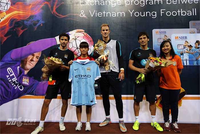 Sau khi tặng quà cho khán giả trên sân, các cầu thủ Man City còn trao quà cho đội tuyển U14 nữ Việt Nam. (Ảnh: Quang Minh)