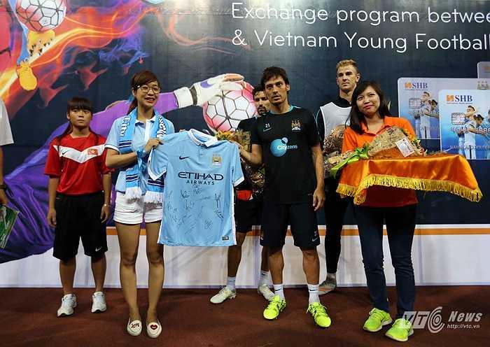 Silva trao quà cho đại diện Hội CĐV Man City tại Việt Nam. (Ảnh: Quang Minh)