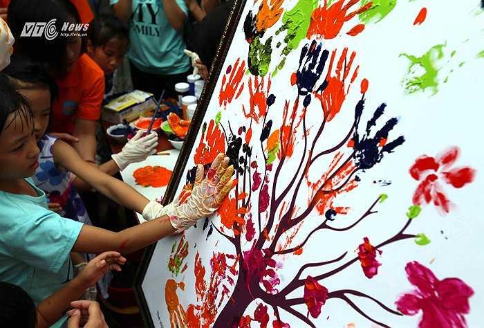 Trong chuyến đi thăm làng trẻ em SOS, cầu thủ Man City cùng các trẻ em có hoàn cảnh đặc biệt ở đây vẽ bức tranh hòa bình. (Ảnh: Quang Minh)