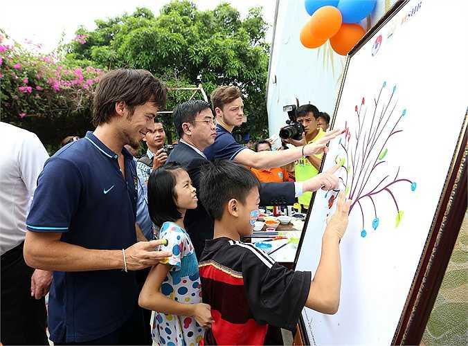 Cùng hoàn thành bức vẽ với những ngôi sao thế giới là điều mơ ước của nhiều trẻ em làng SOS. (Ảnh: Quang Minh)